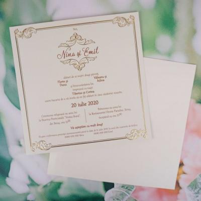 Покани за сватба със златисти елементи