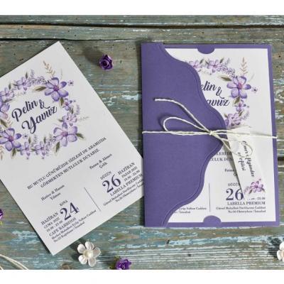Покани с принт на цветя в лилаво