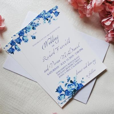Покани с принт на сини цветя