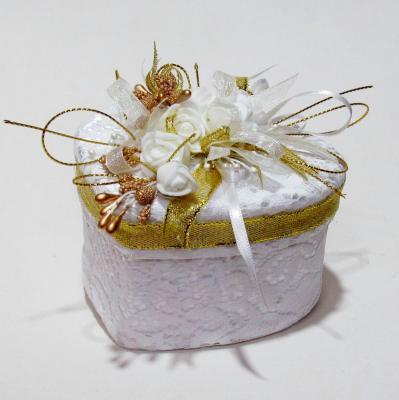 Кутийка за брачни халки в бяло и златно