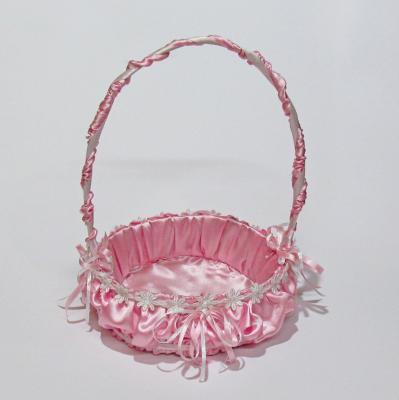 Малка, сватбена кошничка облечена в розов сатен